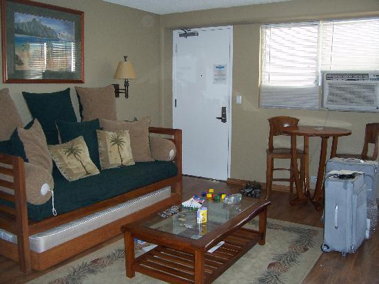 The Cabana at Waikiki: Living area/kitchen/entry door