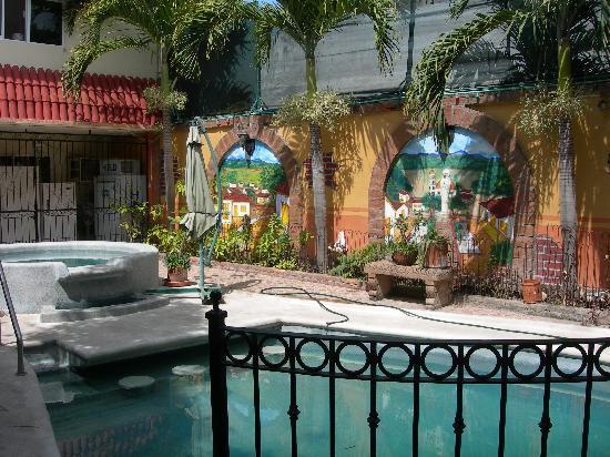 Loro de Oro Inn: Courtyard Oasis