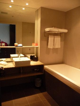 Crowne Plaza Adelaide: CP Bath with tub & separate shower