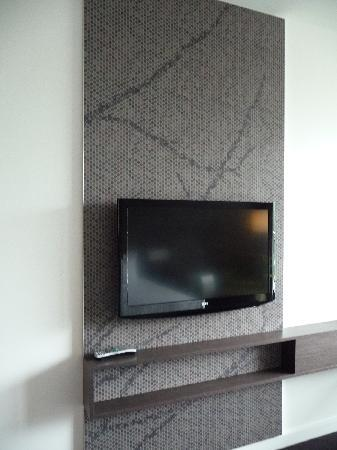 Crowne Plaza Adelaide: Large LCD TV can rotate for viewing