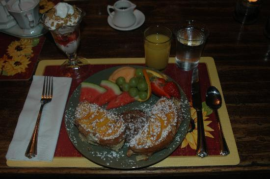 Piney Hill Bed & Breakfast: Mmmmm - french toast!