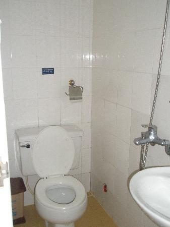 Madam Cuc 64 : Toilet and shower head