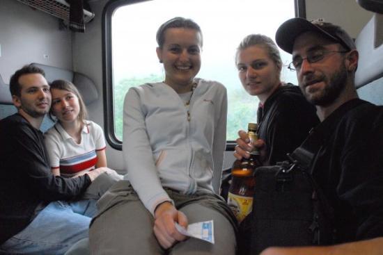 Svoge, Bulgaria: Artmospheric crew dans le train entre Sofia et Lakatnik