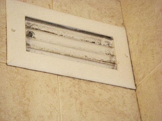 Kauhale Makai, Village by the Sea: the air vent in #610 bathroom
