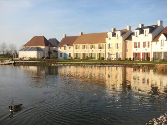 Marriott's Village d'Ile-de-France: Houses by the lake