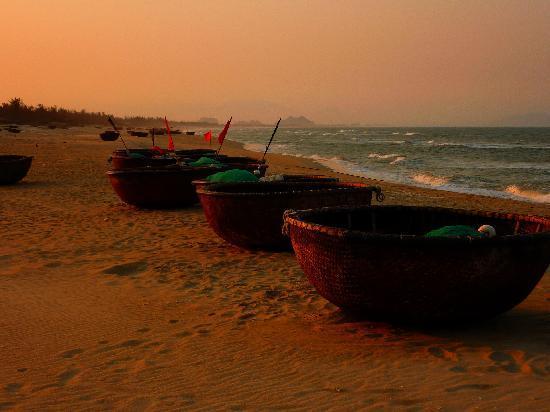 Four Seasons Resort The Nam Hai, Hoi An: bateaux de pêche sur la plage
