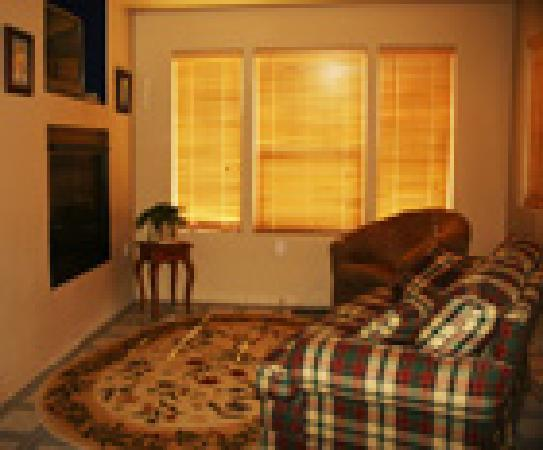 Lucinda's Country Inn: The Country Suite sitting area is a warm cozy place to relax.
