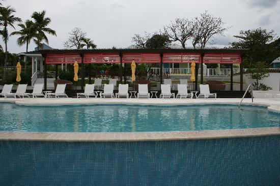 Romora Bay Resort & Marina: view of the pool on a cloudy morning (you can see the orange and blue chairs of the Tangerine Ro