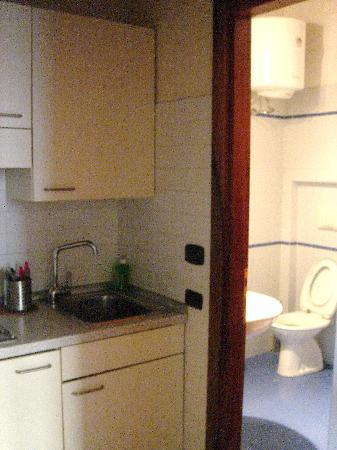 Apartments Casa Navona: Kitchenette and bathroom