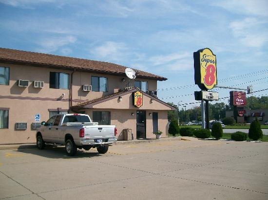 Super 8 Michigan City: Outside View (Main Entrance)