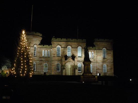 Strathness House: vistas desde el castillo, es el de la esquina