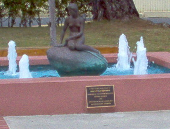 Havensight Mall: A replica of The Little Mermaid statue in Denmark