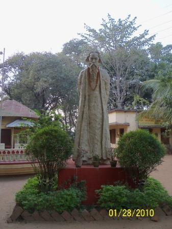Santiniketan, Hindistan: A Sculptor of Rabindranath Tagore in Amar Kuthir a cooperative store selling memorablia from Sha