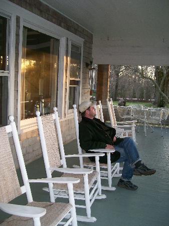 أورينت إن: relaxing on the porch