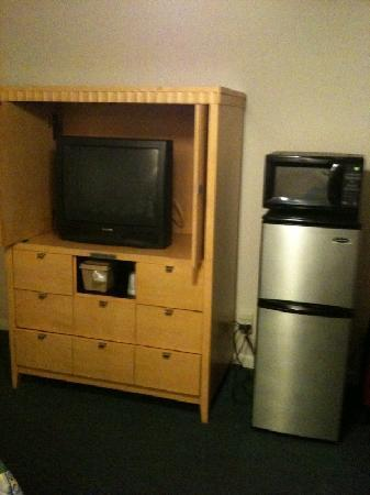 Port Aransas Inn: TV and fridge