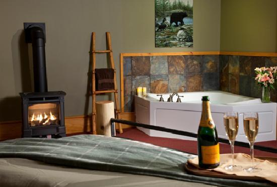 Bear Mountain Lodge: Bear Den's Jacuzzi
