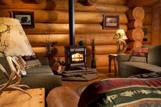 Bear Mountain Lodge: Cozy Fireplace in the Greatroom