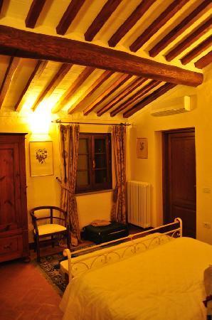 Castiglion Fiorentino, Italy: トスカーナ風温かいベッドルーム