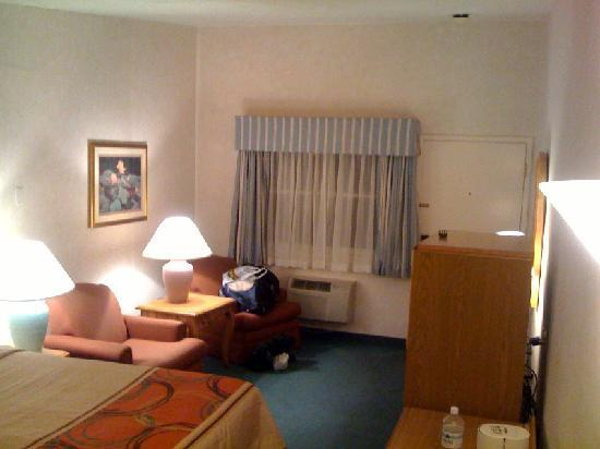 BEST WESTERN New Oregon Motel: The living area of the room.