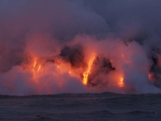 โวลคาโน, ฮาวาย: This is as close to a lava flow as I ever care to be... about 20 feet away in the water off Hawa