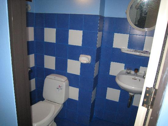 Sawasdee Banglumpoo Inn: 水周りは狭くて清潔