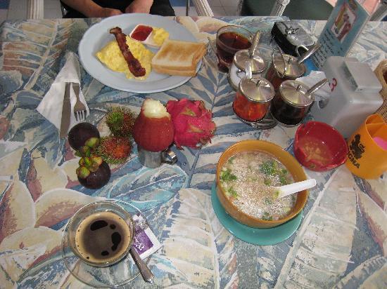 Sawasdee Banglumpoo Inn: 中華粥とアメリカンの朝食、果物は持参