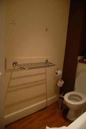 Brewers Inn: holes in the bathroom wall