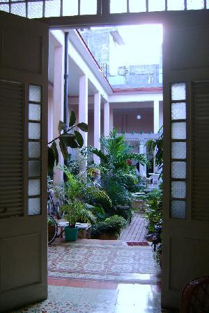 Hostal Autentica Pergola: Entrance to Courtyard