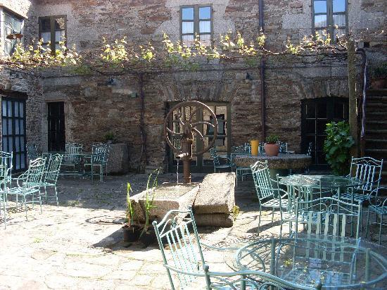 San Nicolas: patio con ristorante