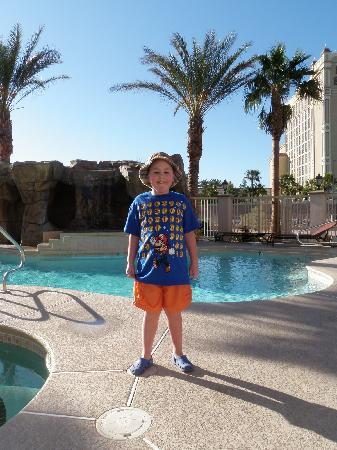 Comfort Inn & Suites Henderson: beautiful, but chilly pool