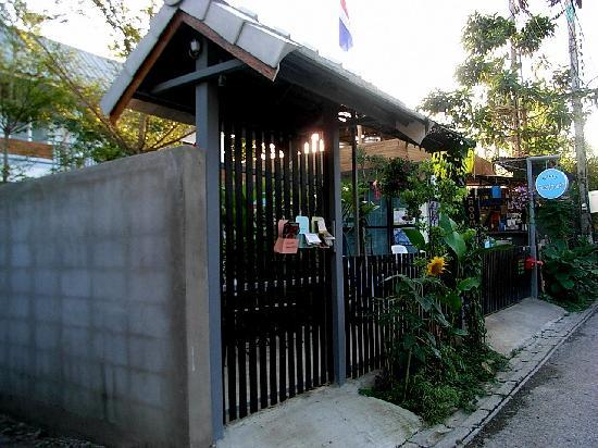 Sabuy Chiangmai Bed and Breakfast: Approach from soi 8 to Sabuy