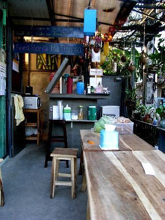 Sabuy Guesthouse: bar/reception at Sabuy
