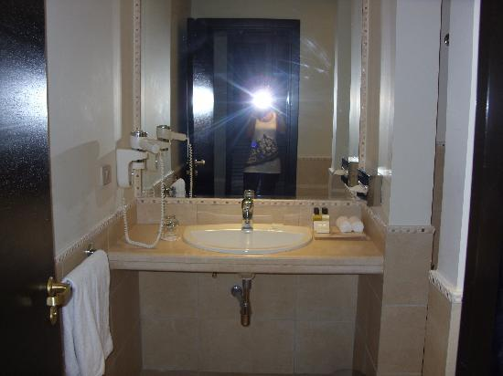 Reef Oasis Beach Resort: Lovely Big Bathroom