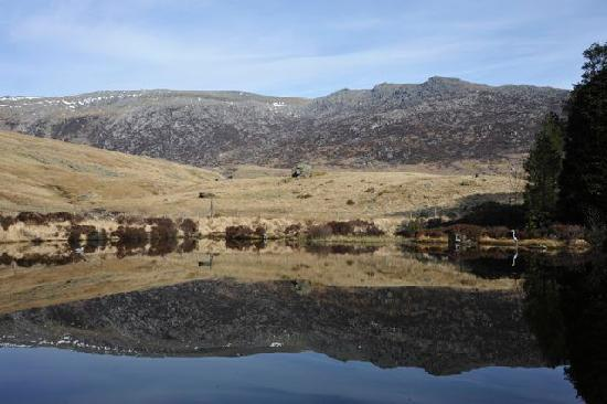 Pen Y Gwryd Hotel: Outdoor pool with view of Glyder Fach