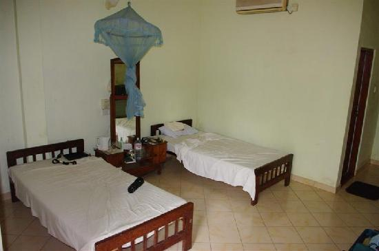 Mirissa Beach Inn: The beds $35 a/c room