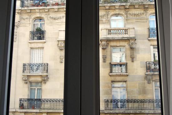 Passy Eiffel Hotel: Opposite building