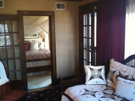 Golden Lantern Inn: Helens Suite sitting area