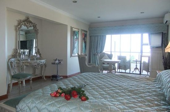 Misty Waves Boutique Hotel Hermanus: Rooms with huge spa baths at Misty Waves