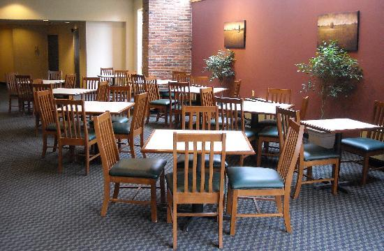 Super 8 State College : Breakfast eating area