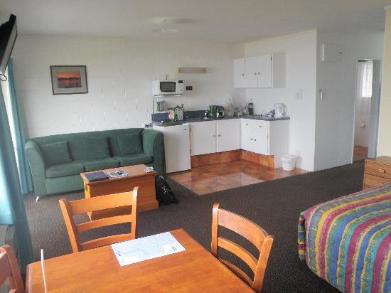 Harbour View Motel: Kitchenette, sofa, dining