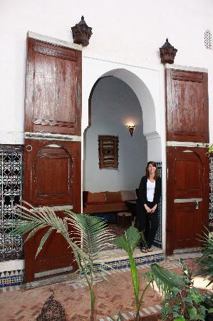 Riad Felloussia: Courtyard / Room Entrance