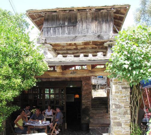 Taramundi, España: restaurant under an Horreo