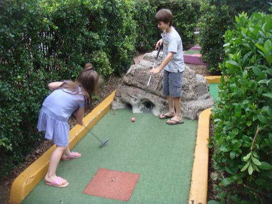 NRMA Treasure Island Holiday Park: GREAT MINI GOLF COURSE.