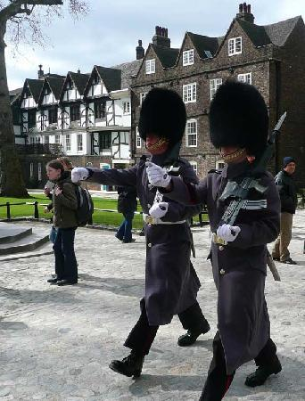 Gren Tours: Guards at Tower of London