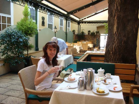 Hotel Stefanie: a nice patio