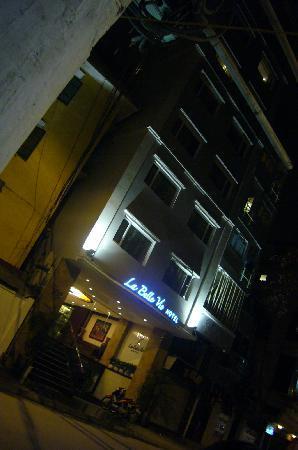 La Belle Vie Hotel: night look from street.