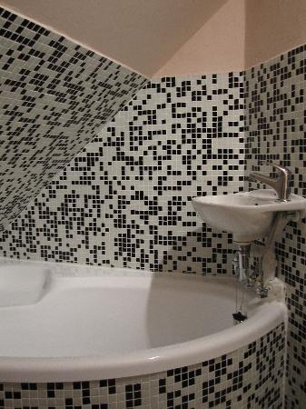 Colloseum -Cerny Konicek: Lavabo dentro de bañera y sin espejo