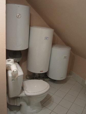 Colloseum -Cerny Konicek: Depósitos casi encima del wc