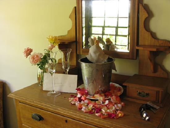 Schoone Oordt Country House: Welcome Champagne, personal letter and petals