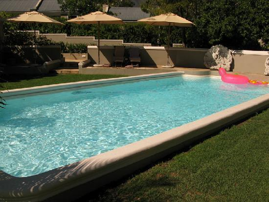 Schoone Oordt Country House: Large pool with sun loungers, towels and pool toys